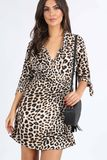 Krátke šaty s leopardím vzorom a výstrihom do V