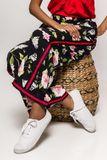 Čierne kvetované dámske nohavice s pásikom