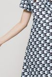 Modro-čierne vzorované midi šaty s véčkovým výstrihom