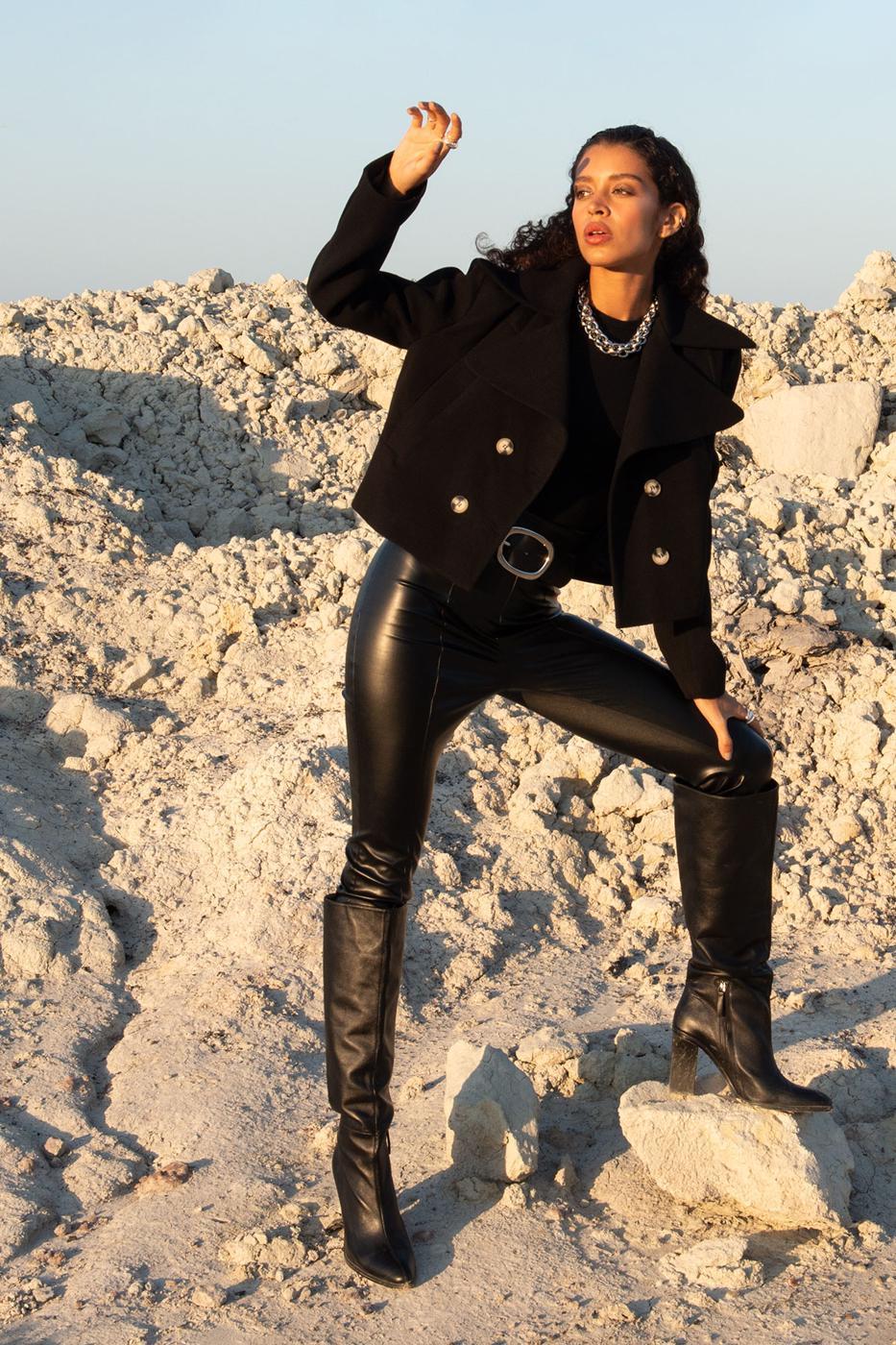 Čierny krátky kabát s gombíkmi - XS