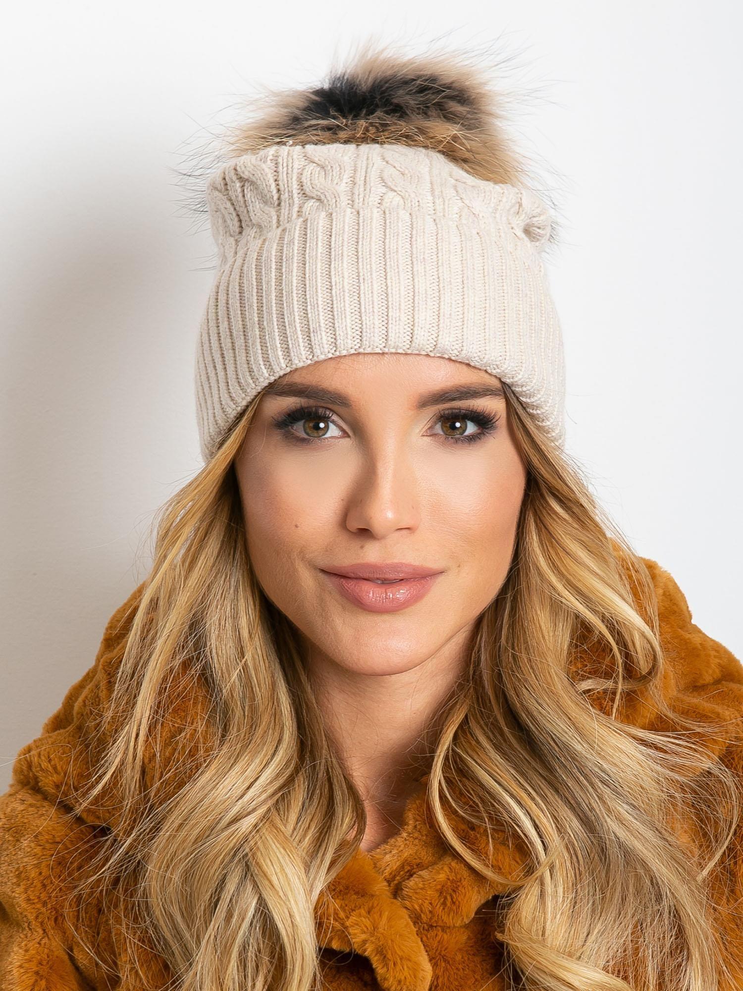 Svetlo béžová čiapka s kožušinovým brmbolcom - UNI