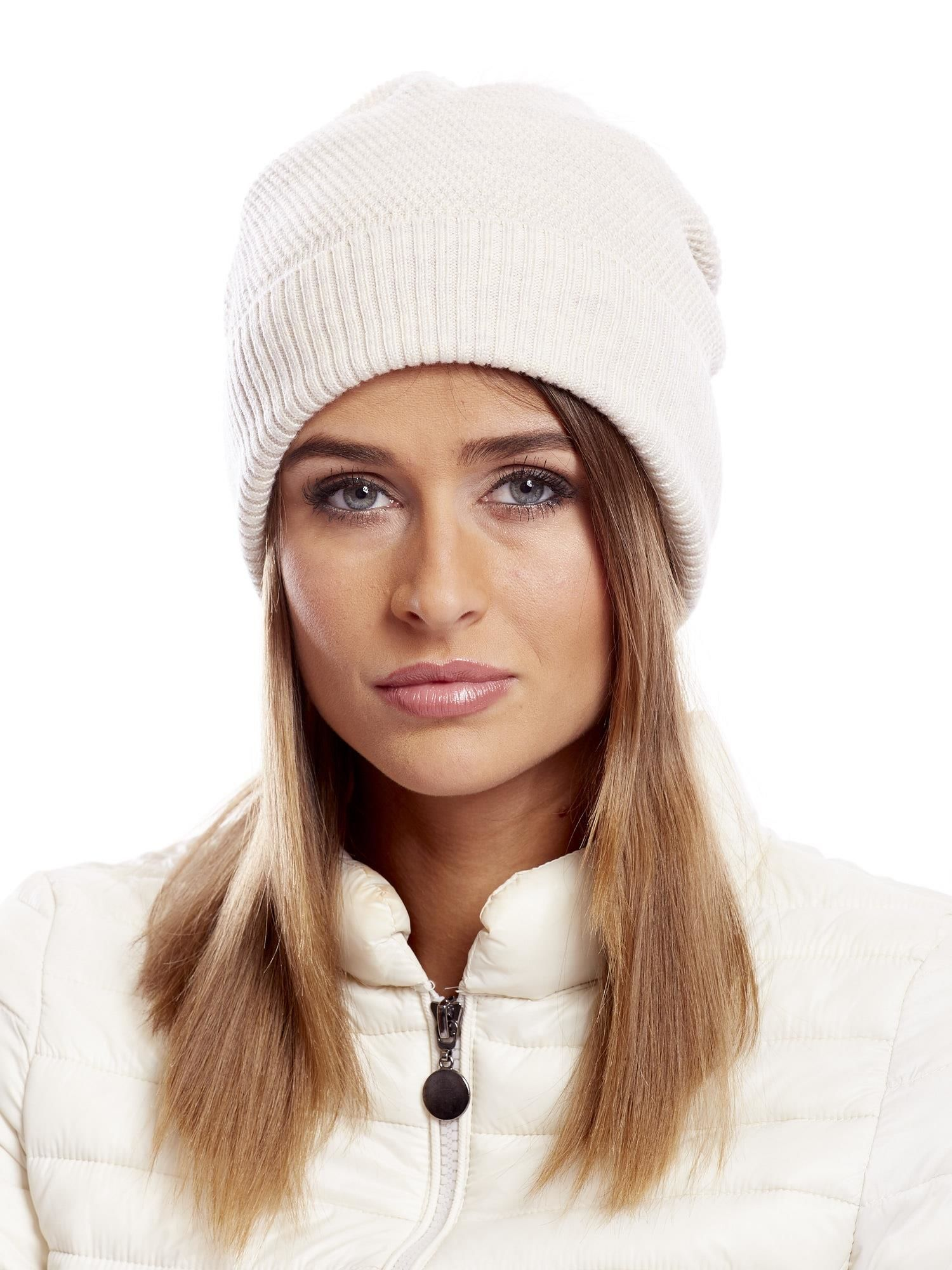 Béžová čiapka s kožušinovým brmbolcom - UNI