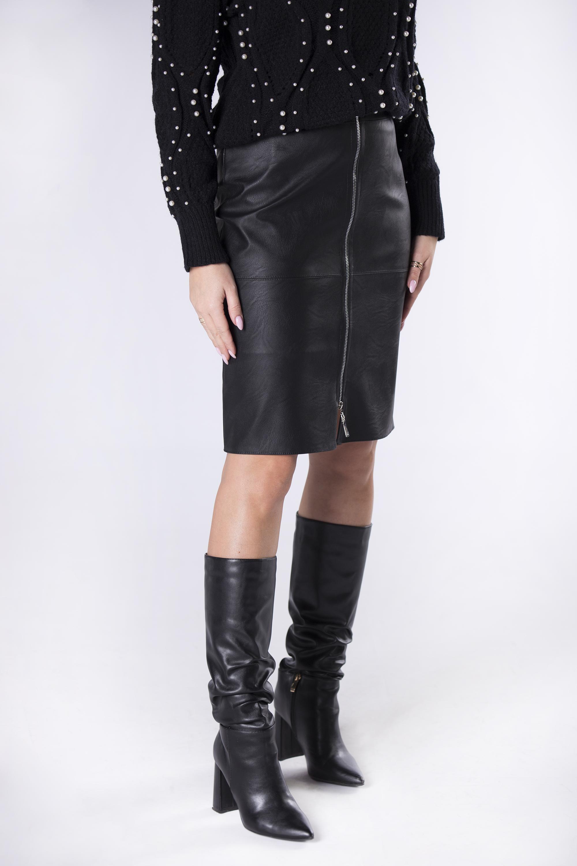Ceruzková čierna sukňa z ekokože - 36
