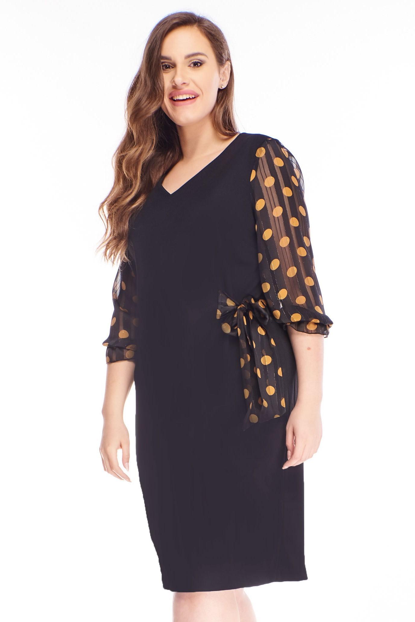 Čierne krátke šaty s horčicovými bodkovanými rukávmi - 38