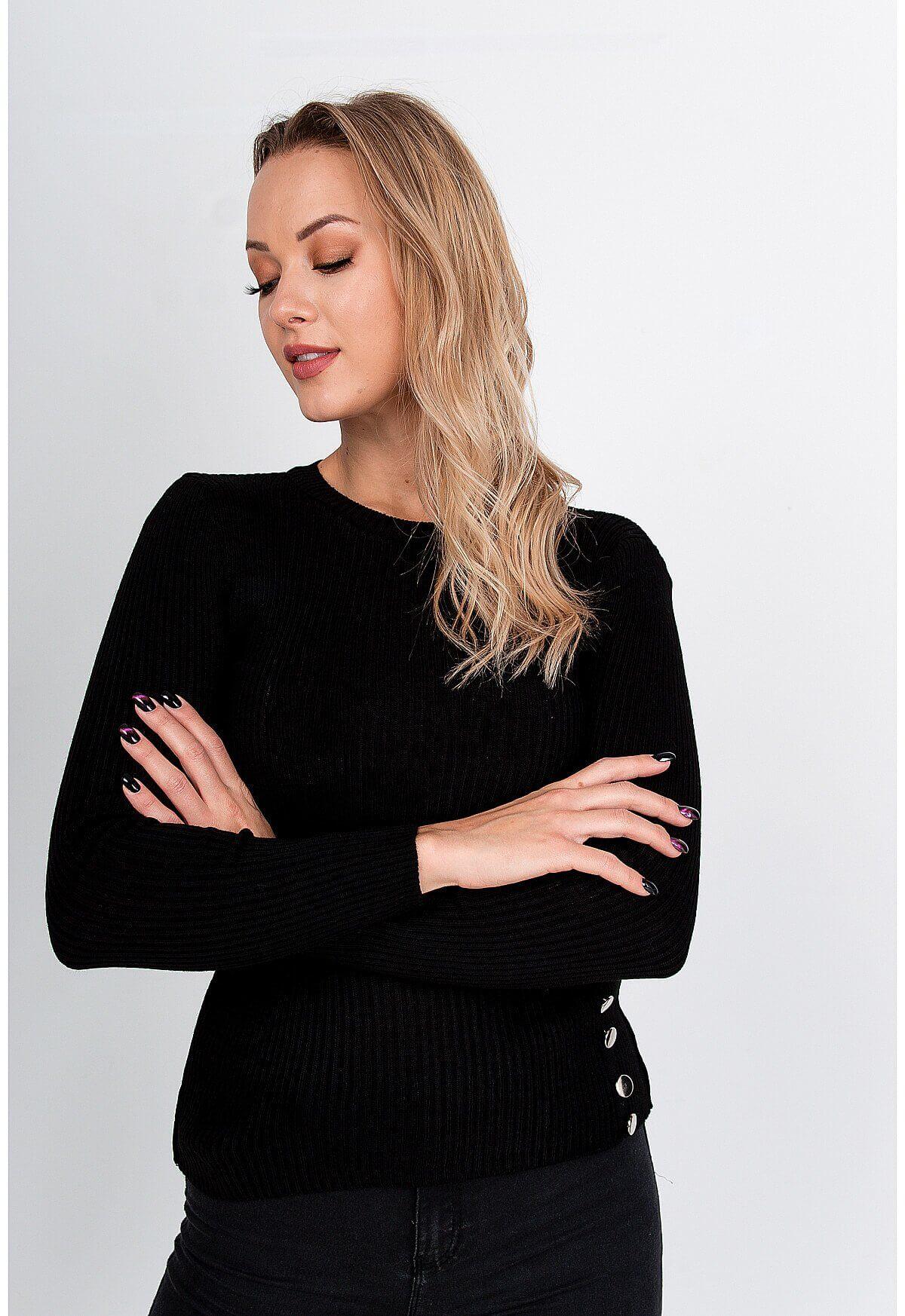 Čierny bavlnený sveter s ozdobnými gombíkmi
