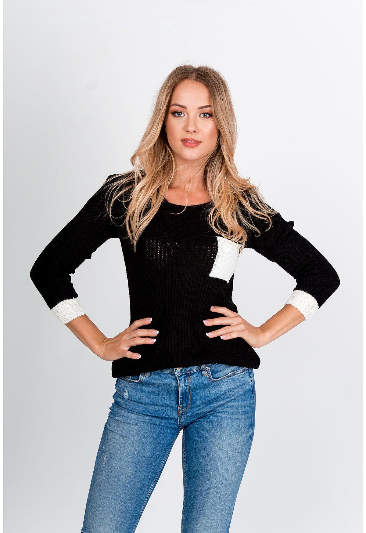 Čierny pletený sveter s kontrastným vreckom