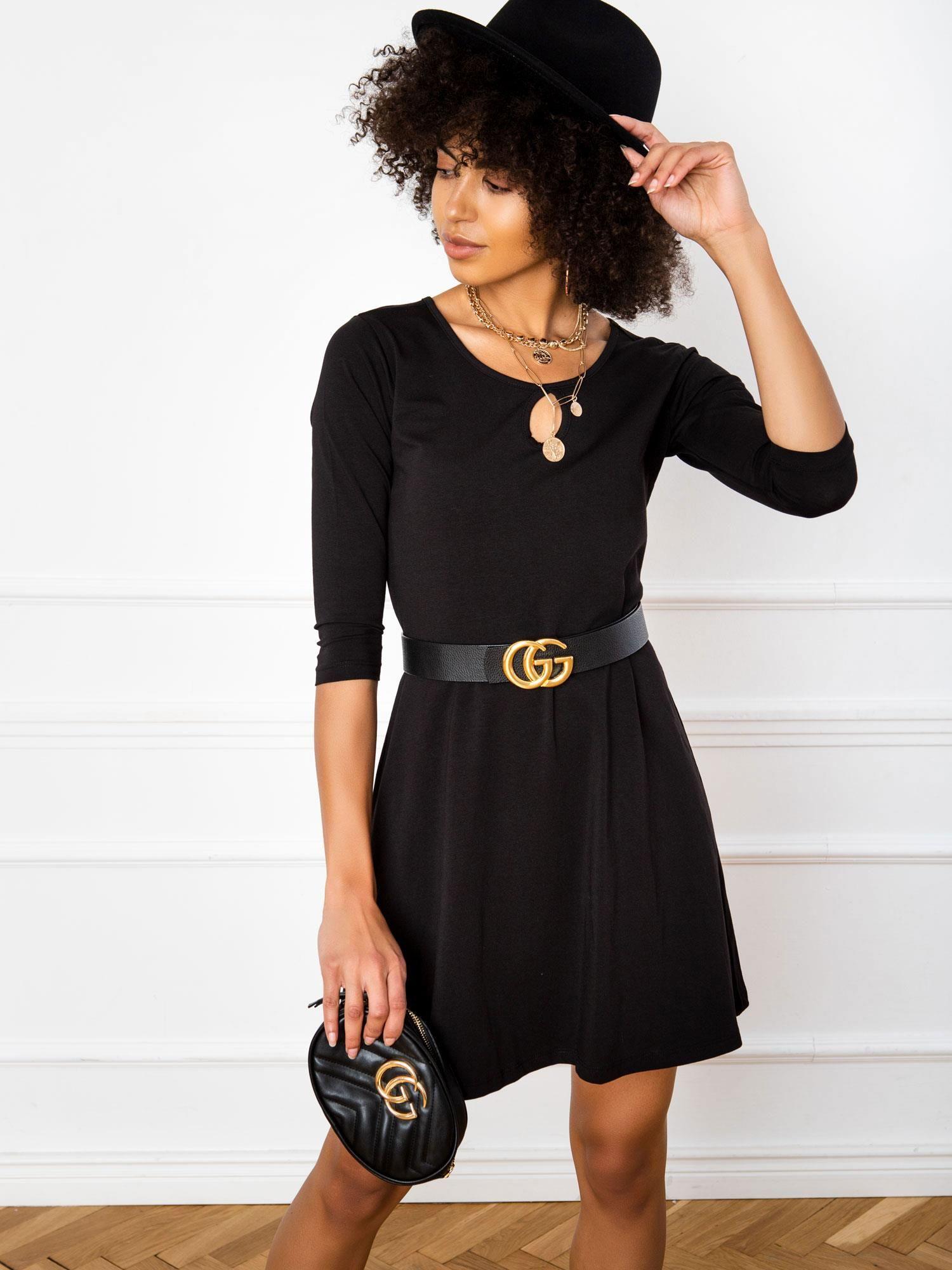 Jednoduché krátke čierne šaty - M