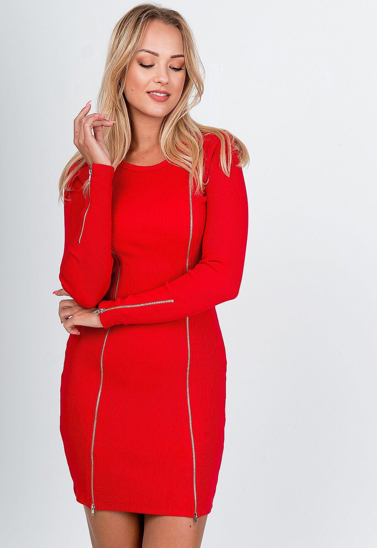 Elegantné červené šaty s rebrovaným vzorom