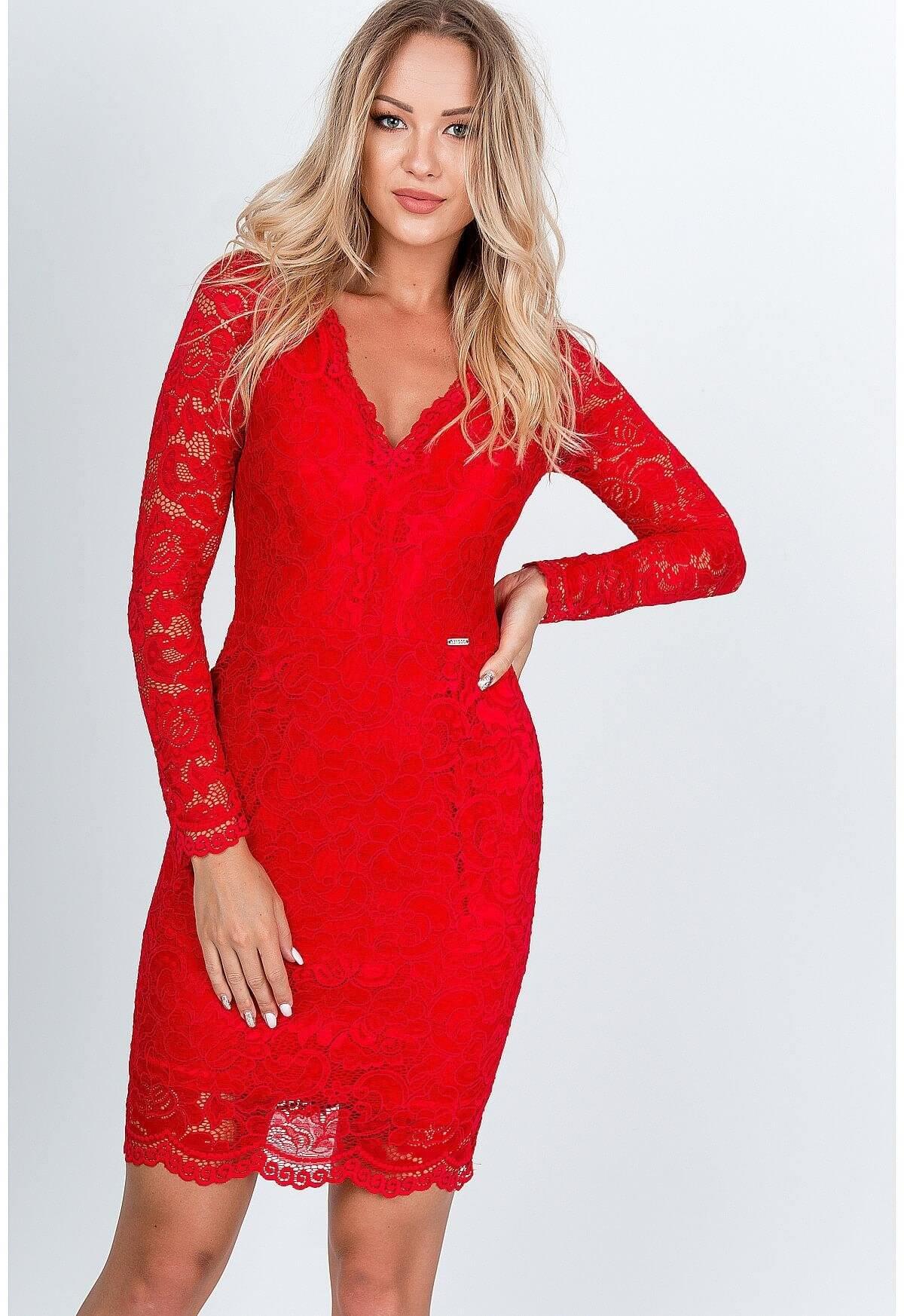 Elegantné krátke čipkované šaty červenej farby