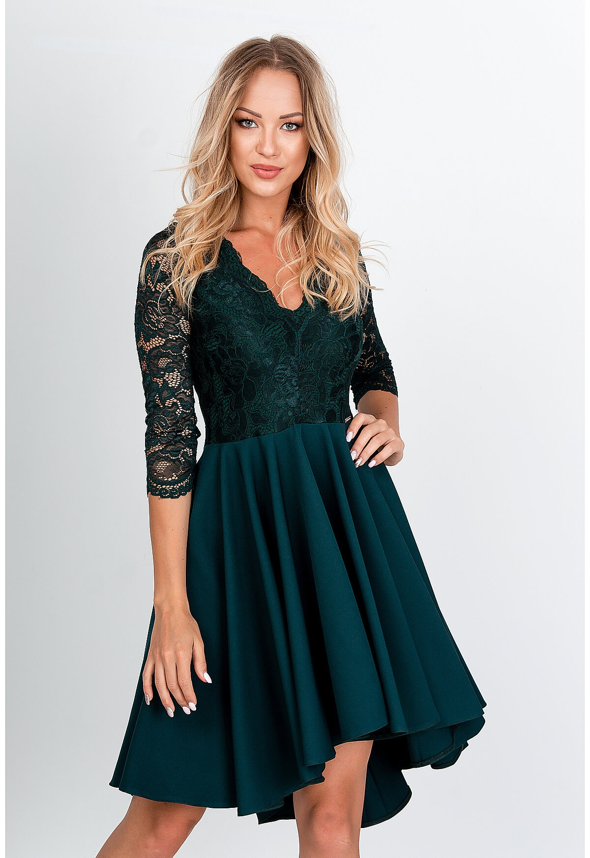 Elegantné krátke tmavozelené šaty s čipkou - S