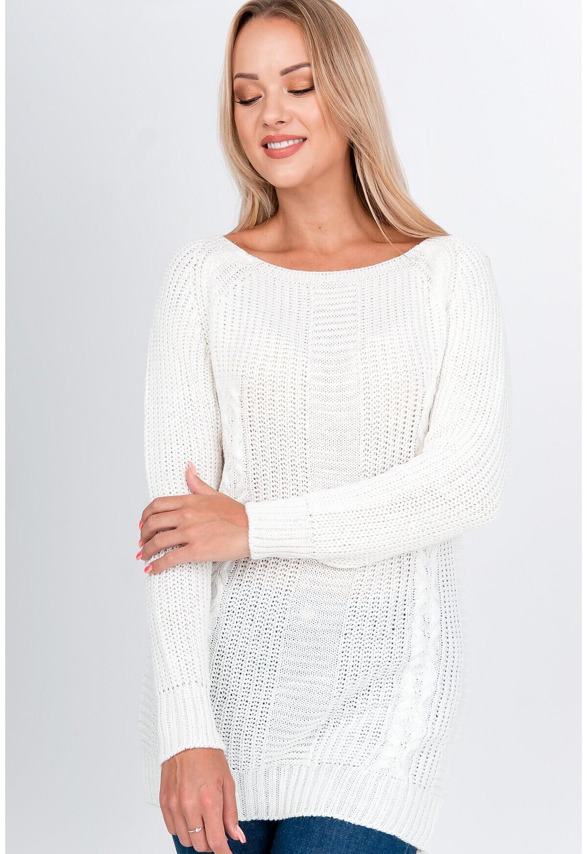 Elegantný dlhý biely sveter s rebrovaním