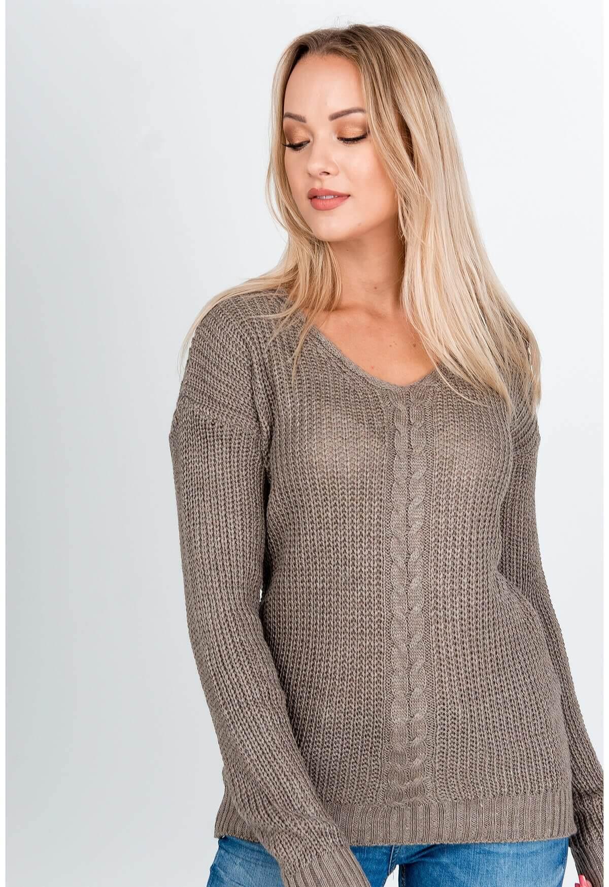 Elegantný hnedý pletený sveter s výstrihom do V