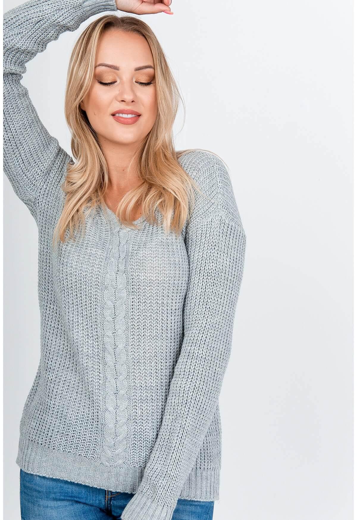 Elegantný sivý pletený sveter s výstrihom do V