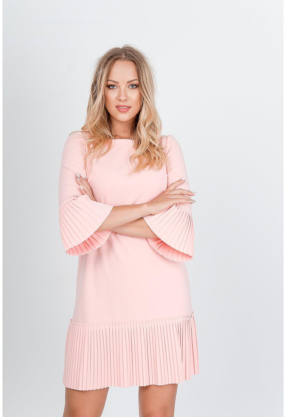 Krátke ružové šaty zdobené volánmi - S