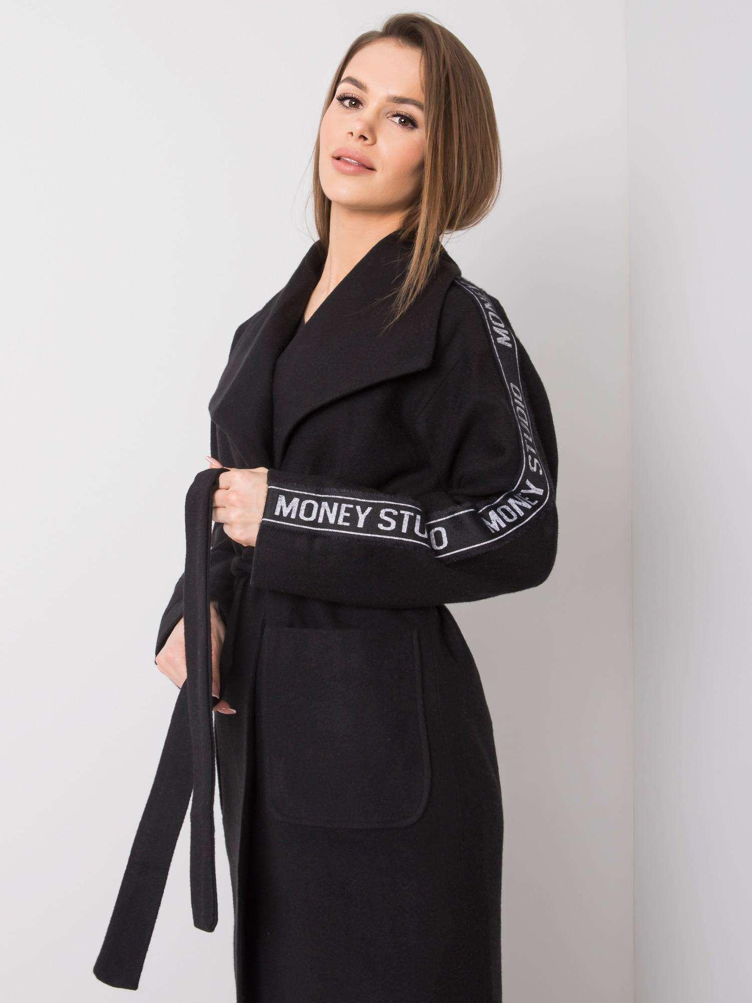 Dlhý čierny kabát s opaskom a nápismi - 36