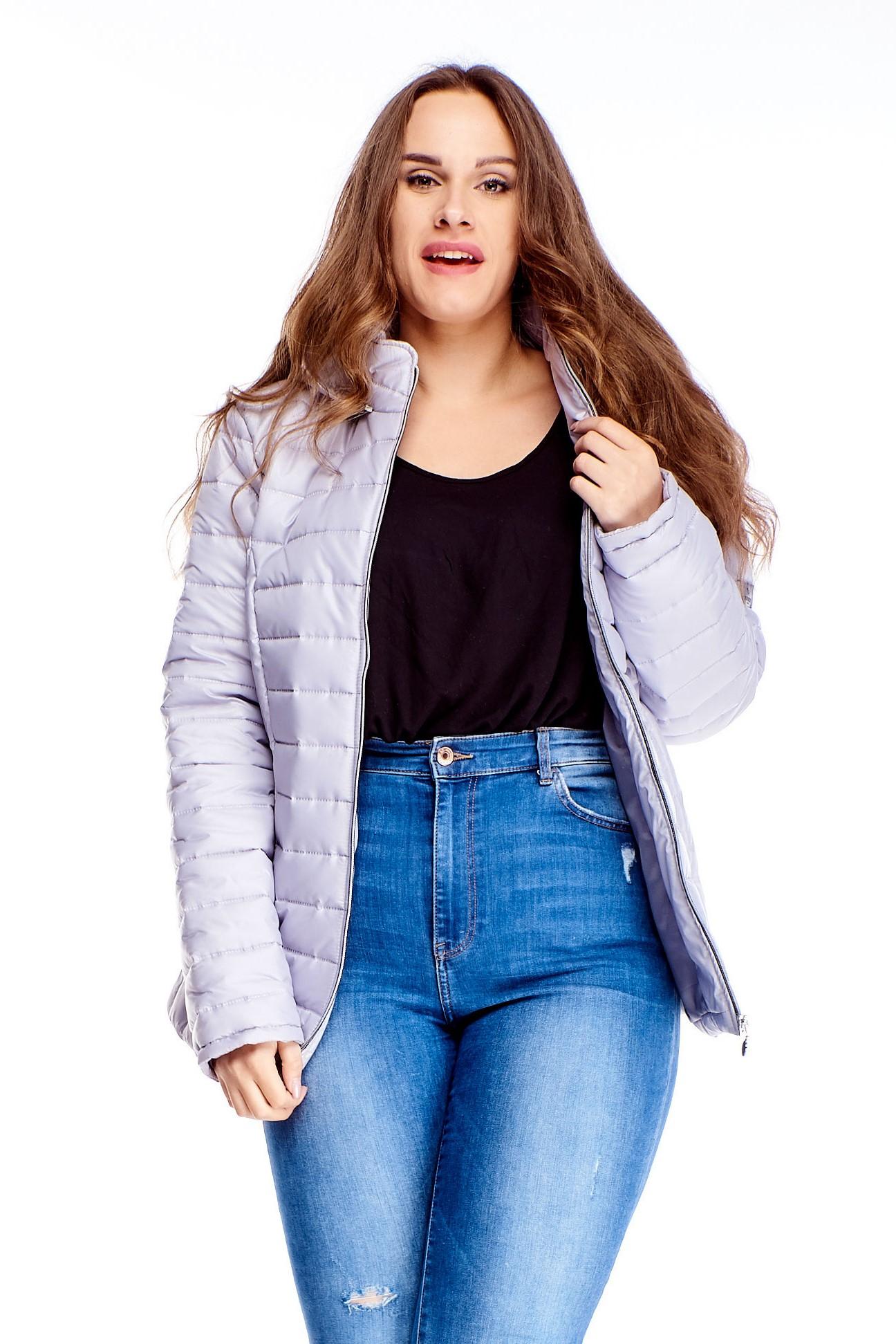 Krátka dámska zimná bunda v šedej farbe na zips - 40