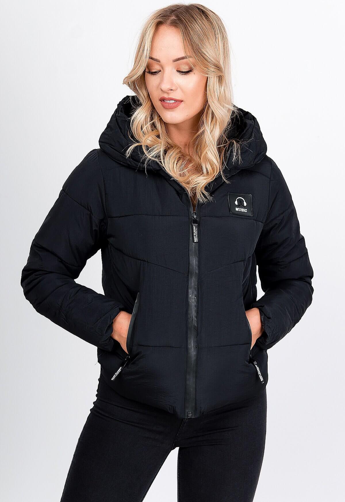 Krátka prešívaná čierna bunda s kapucňou