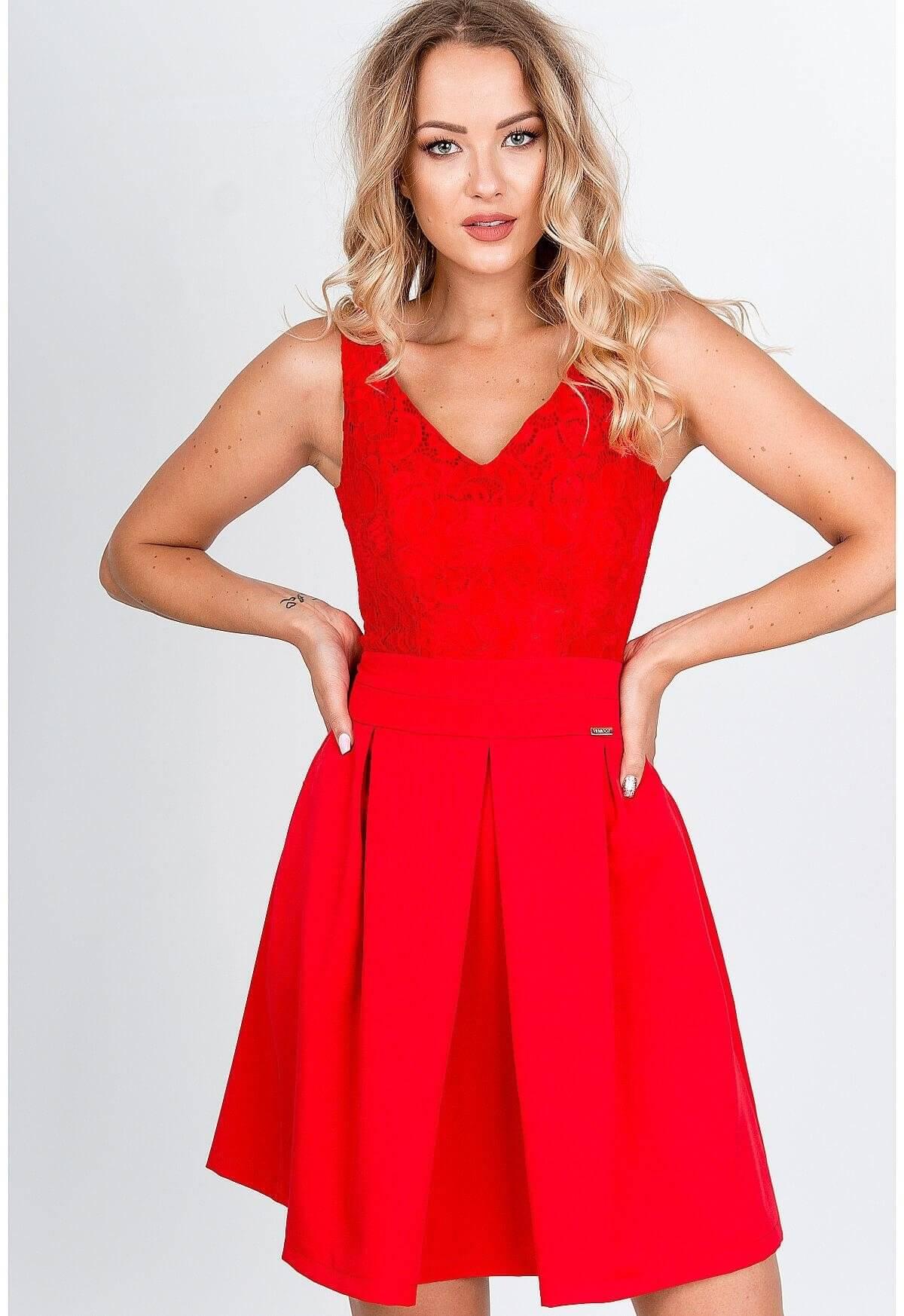 Krátke červené spoločenské šaty s čipkovaným výstrihom - XS