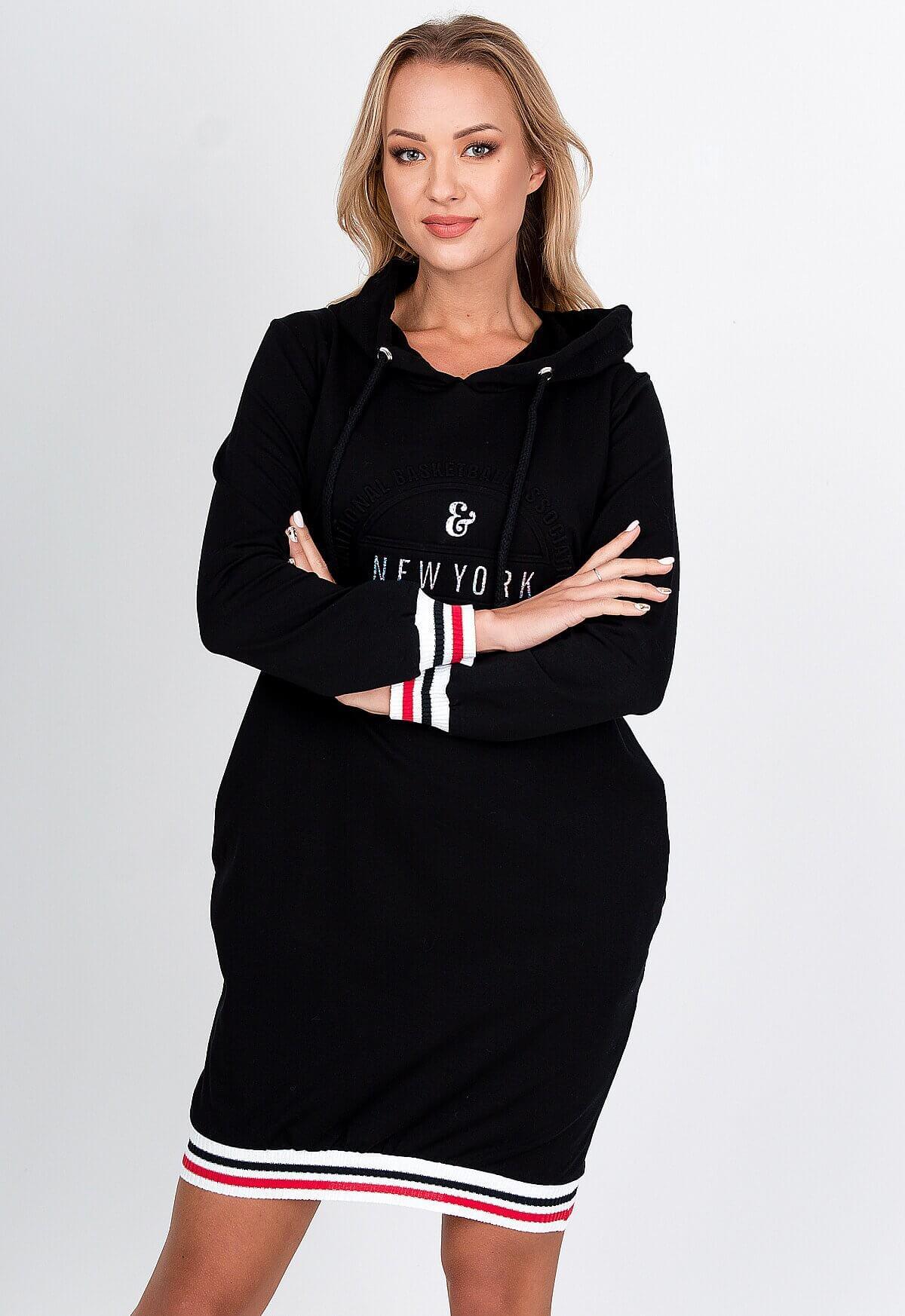 Krátke čierne mikinové šaty s nápisom