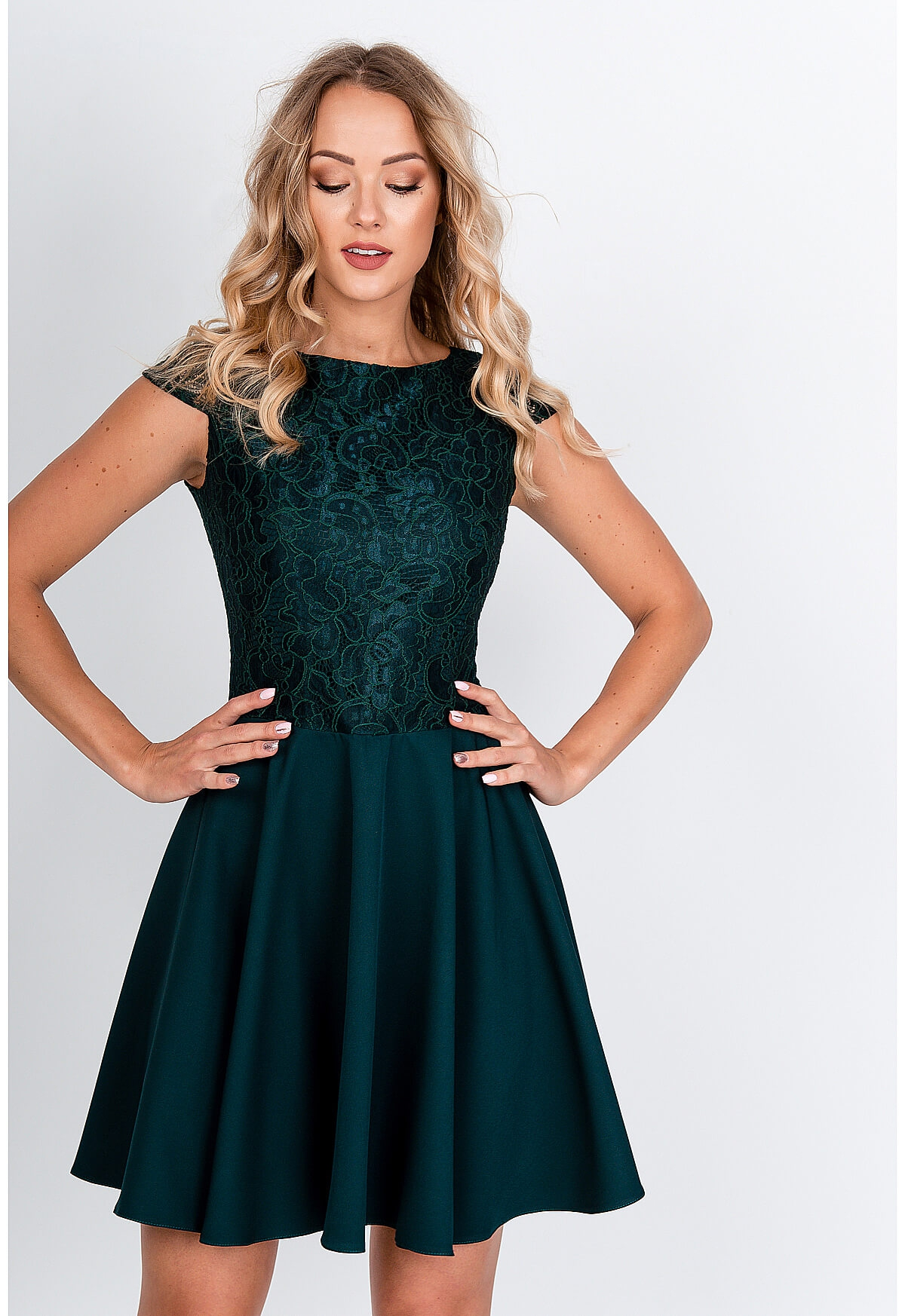 Krátke elegantné zelené šaty s čipkovaným topom - L