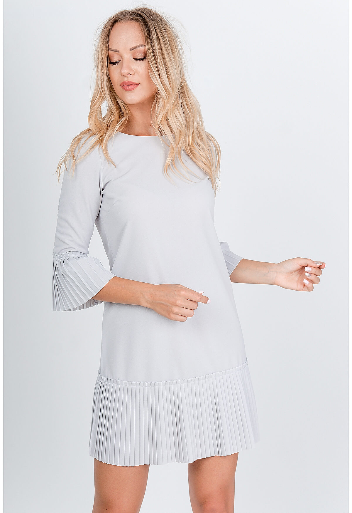 Krátke sivé šaty zdobené volánmi - S