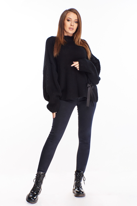 Čierny rebrovaný sveter s mašľou