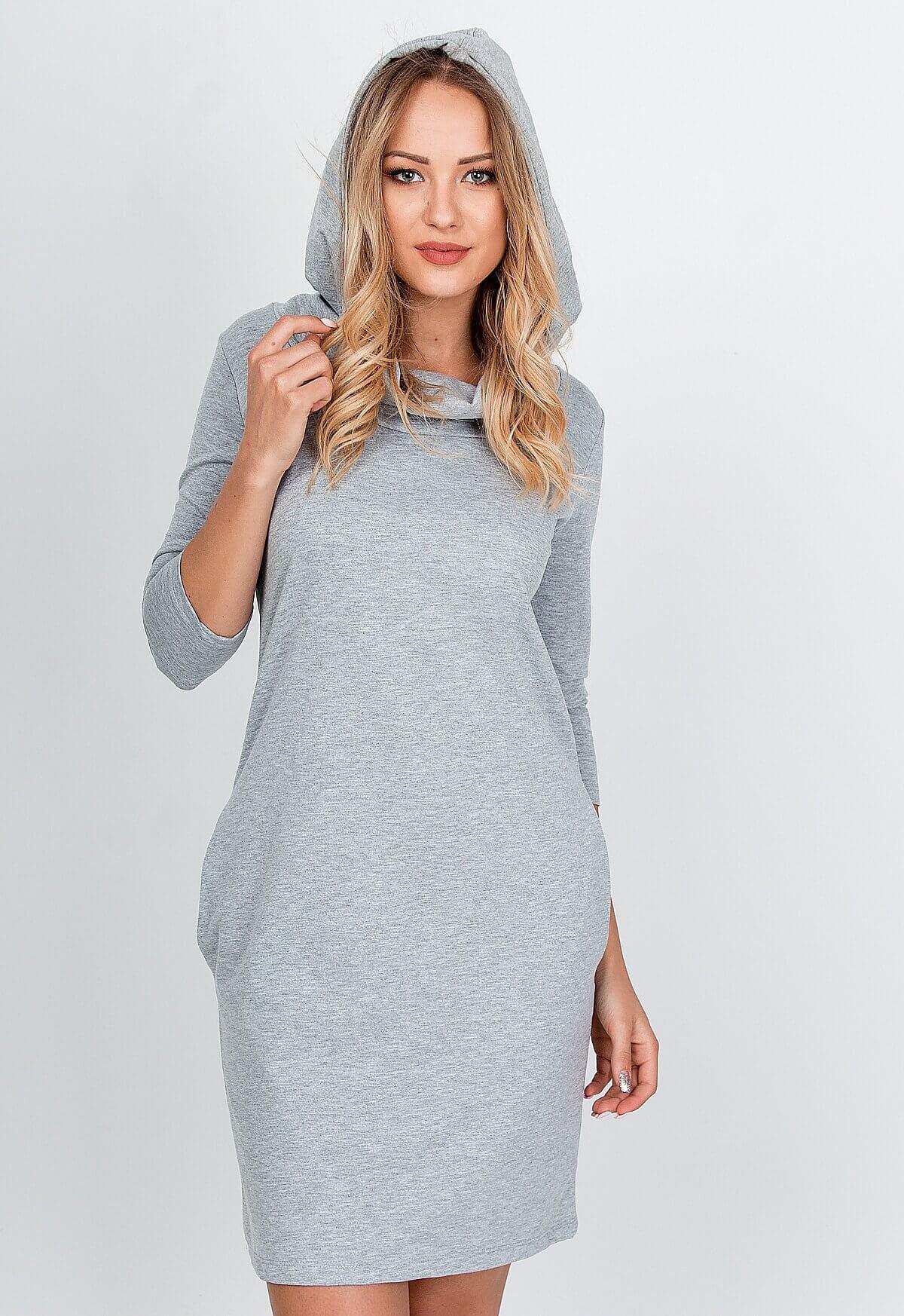 Pohodlné sivé mikinové šaty s kapucňou