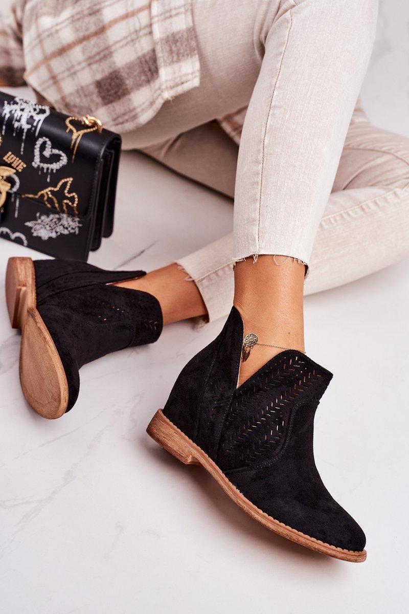 Čierne dierkované topánky na klinovom podpätku - 36