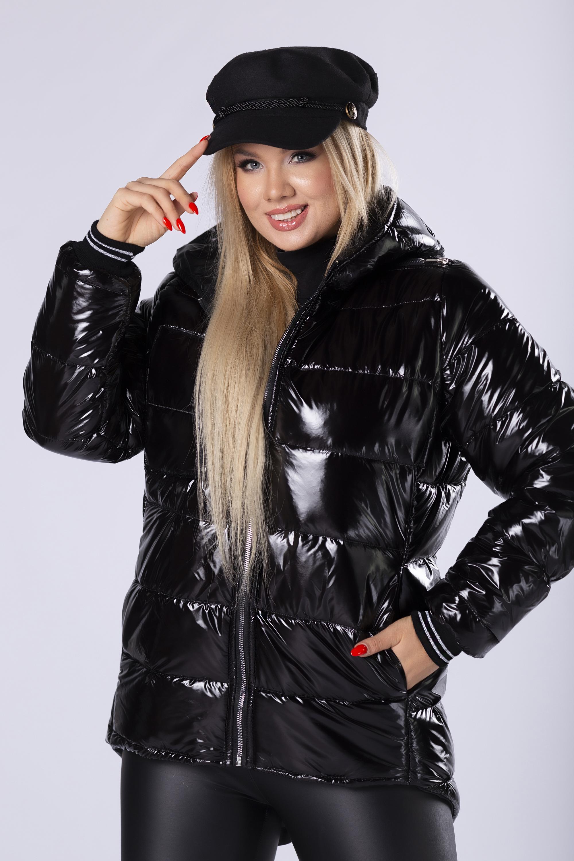 Prešívaná čierna bunda s kapucňou a lesklým povrchom - 38