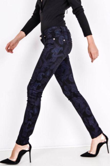 Dámske čierne nohavice s modrým vzorom