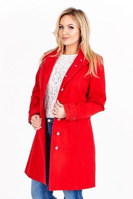 Dlhý červený kabát vo vojenskom štýle