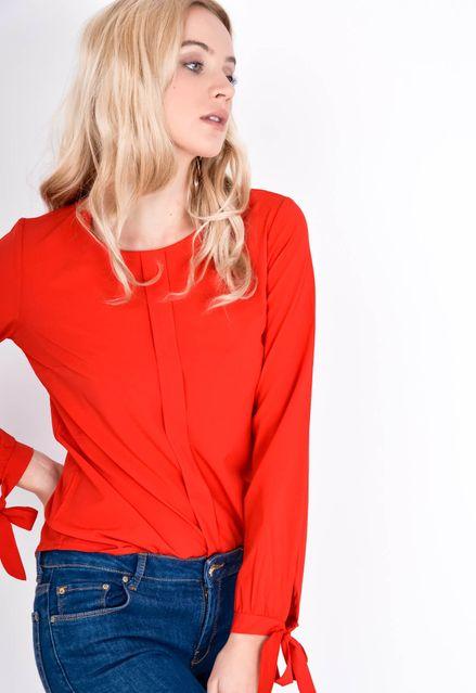 Červená elegantná blúzka s viazaním