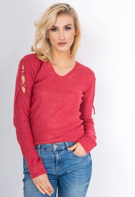 Červený sveter s viazaním na rukávoch