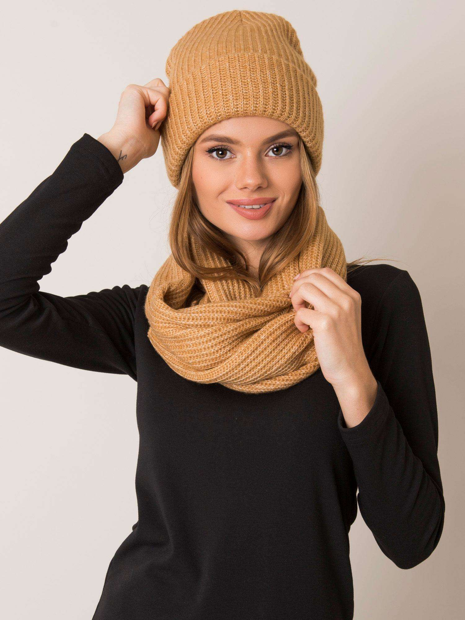 Tmavobéžový set šálu a čiapky - UNI