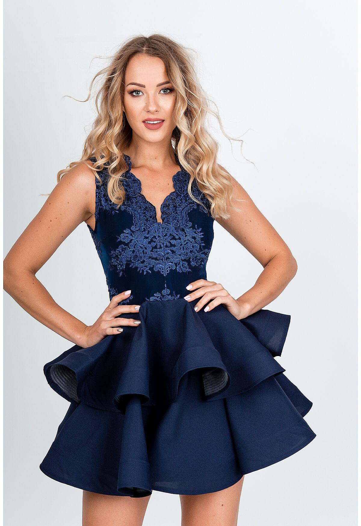Tmavo modré spoločenské šaty s volanovou sukňou