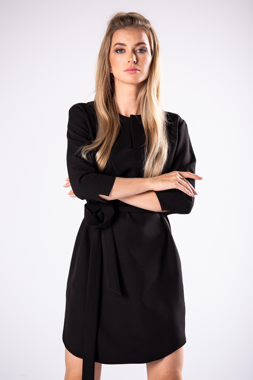 Čierne spoločenské šaty jednoduchého strihu - 36