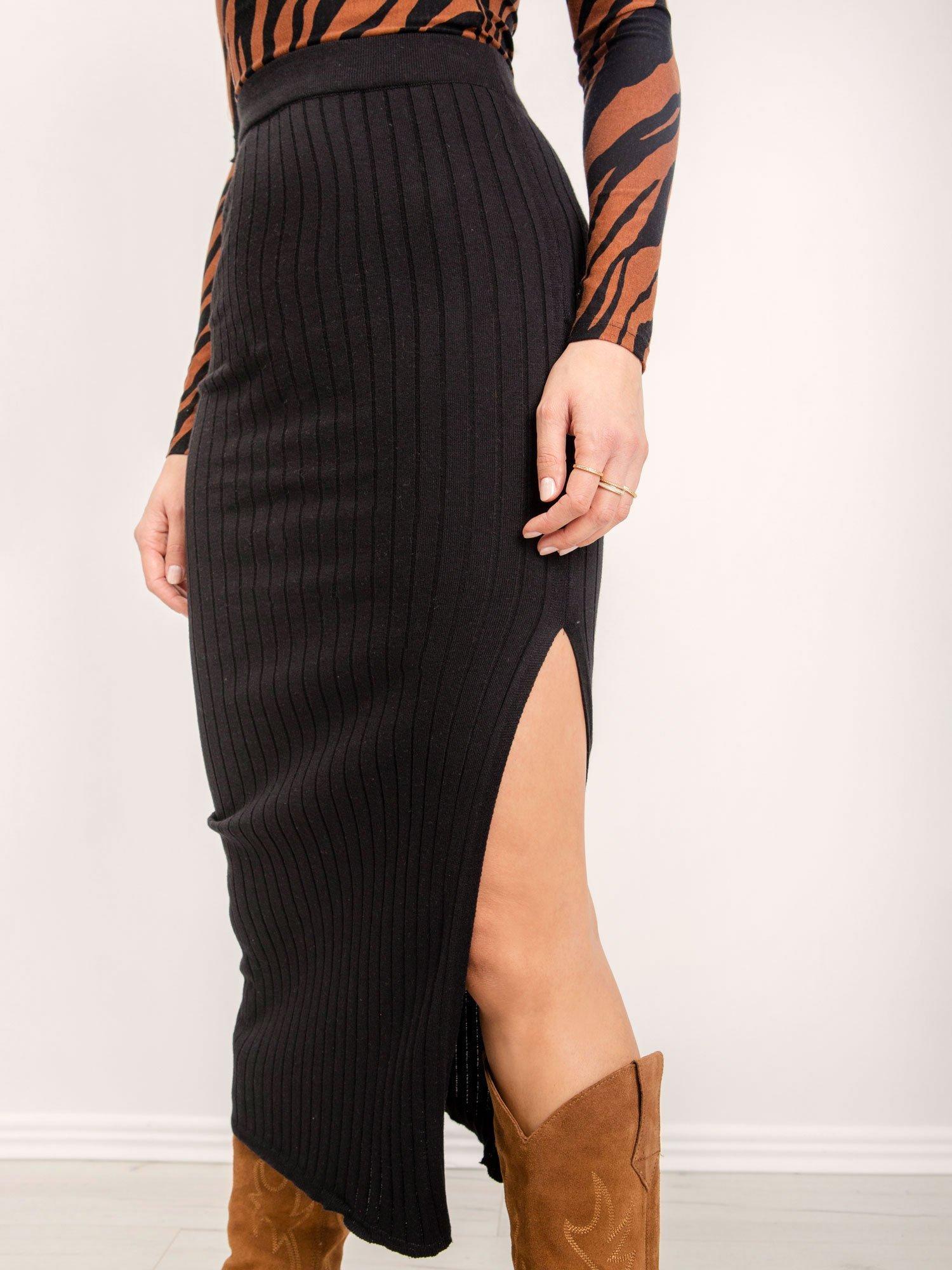 Čierna midi sukňa s rozparkom - S