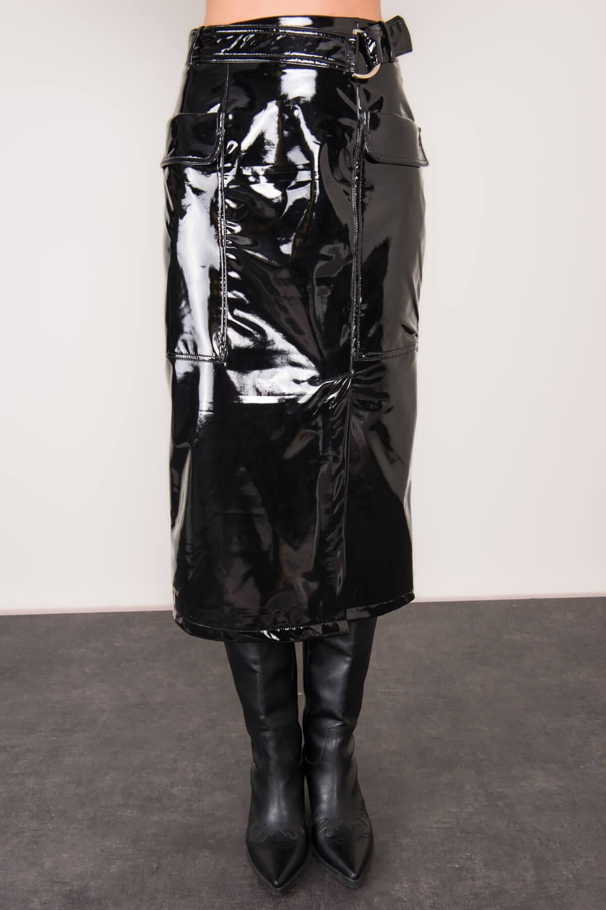Čierna lesklá midi sukňa s opaskom - L