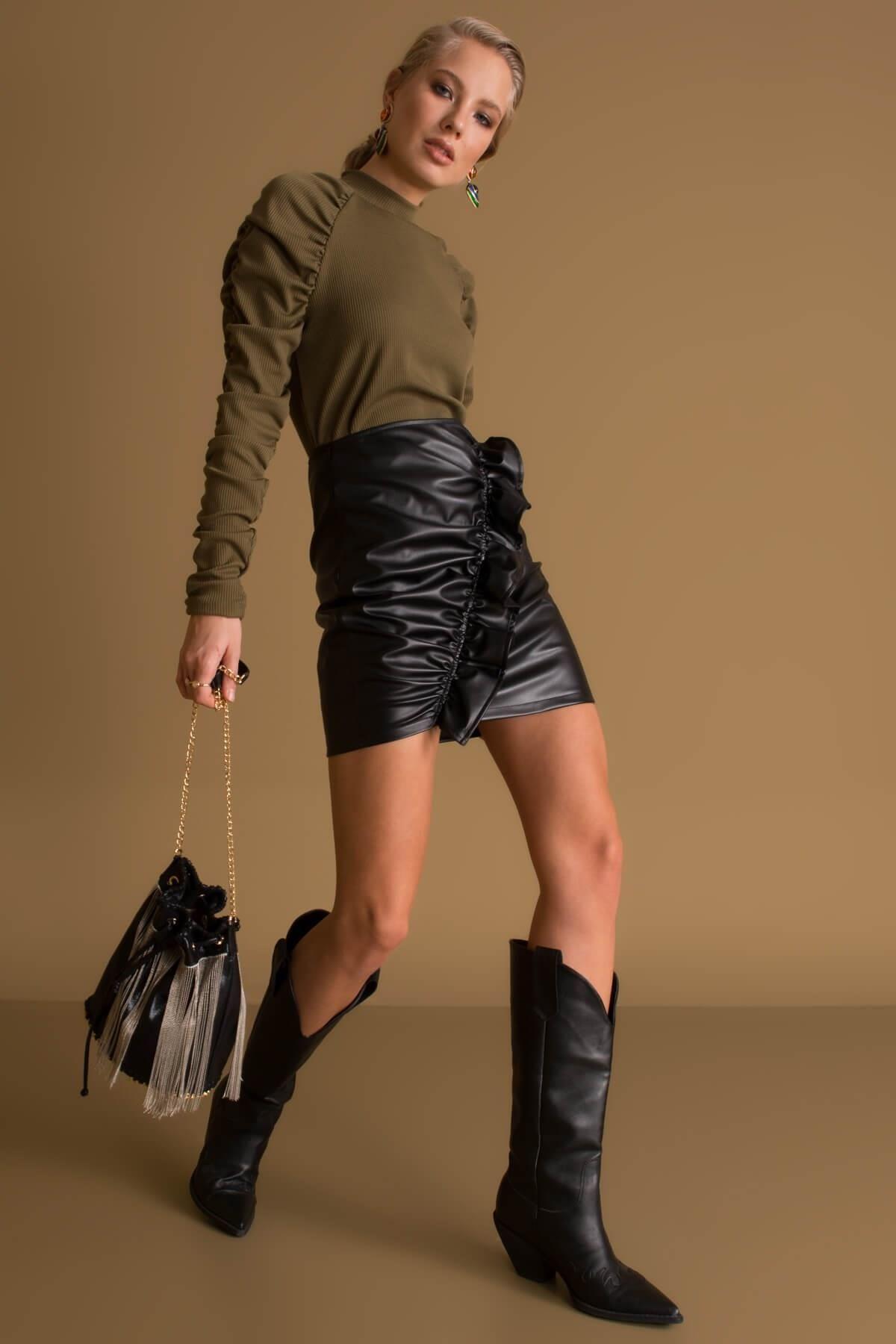 Čierna lesklá sukňa s volánom - L