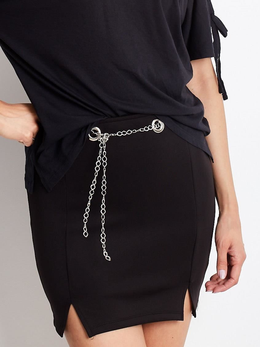Čierna mini sukňa s ozdobou retiazkou - S