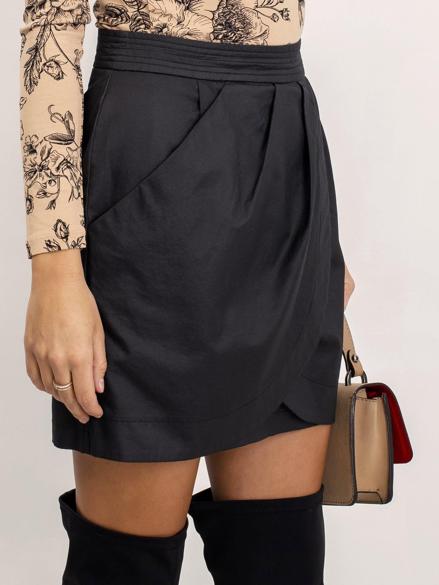 Čierna krátka skladaná sukňa - 36