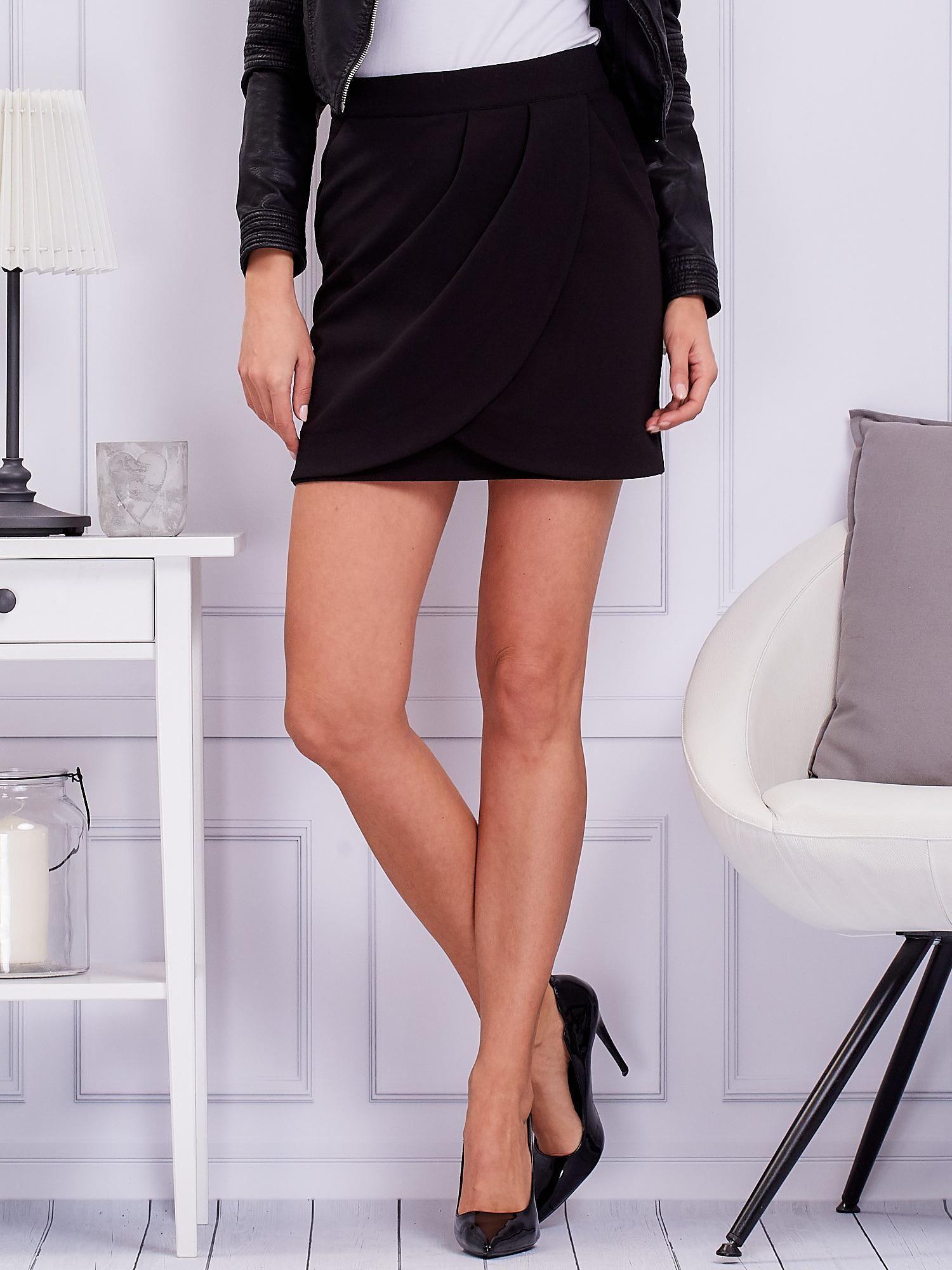 Čierna mini prekladaná sukňa so zipsom - 36