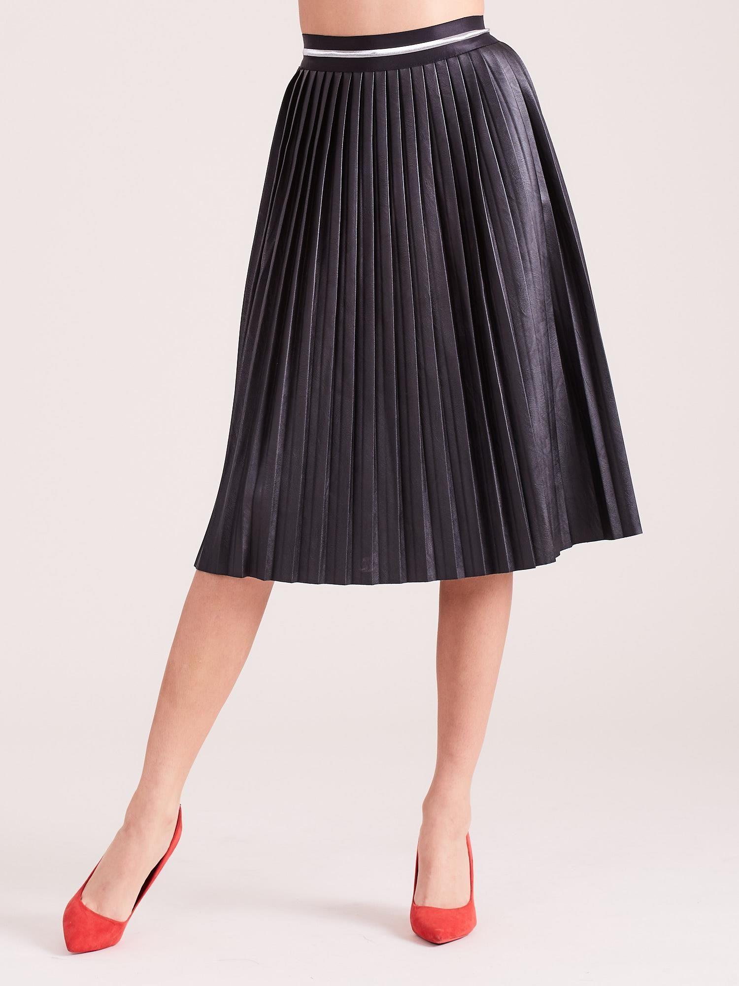 Čierna skladaná sukňa z eko kože - L