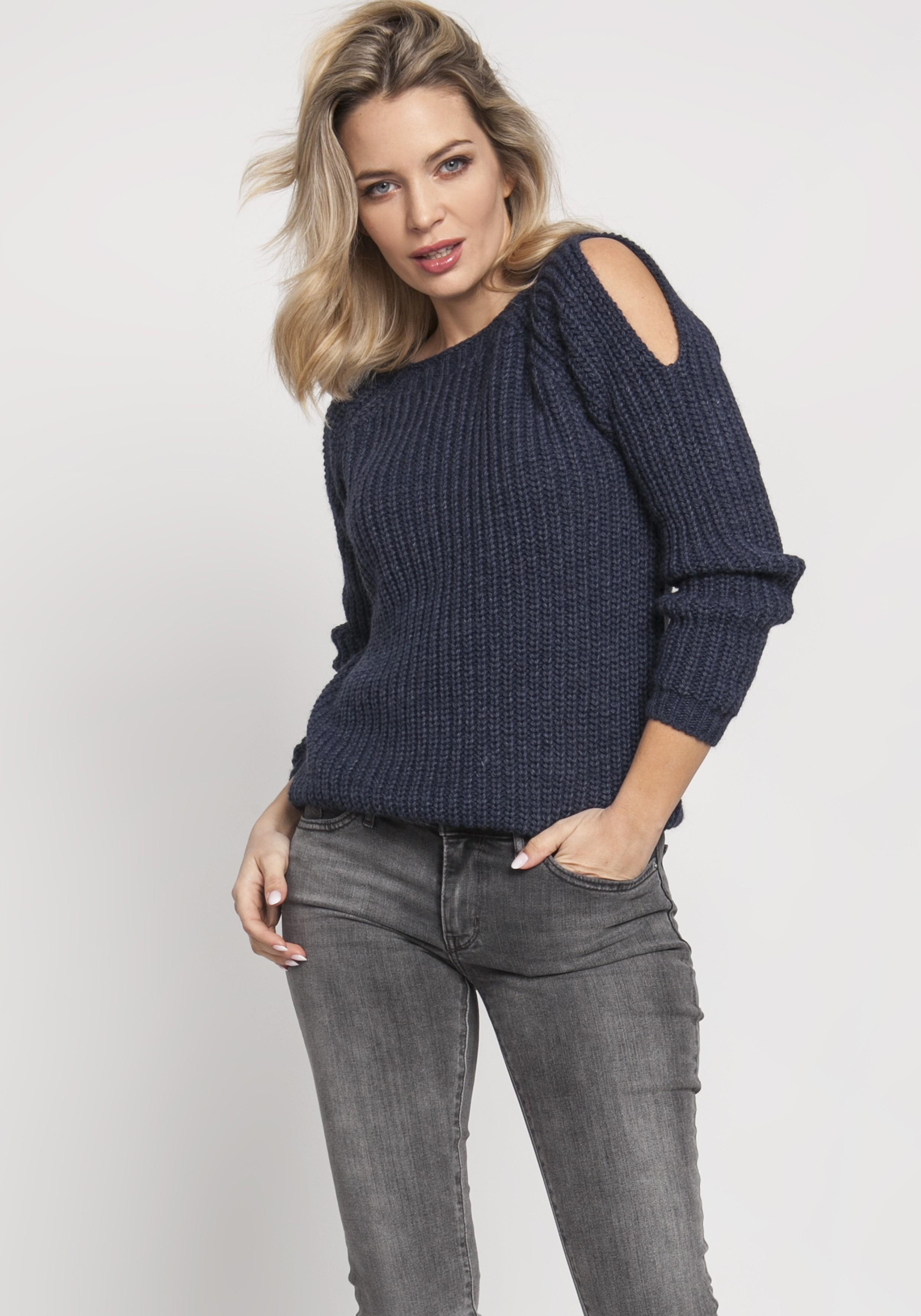 Pletený dámsky modrý sveter s otvormi na pleciach - S