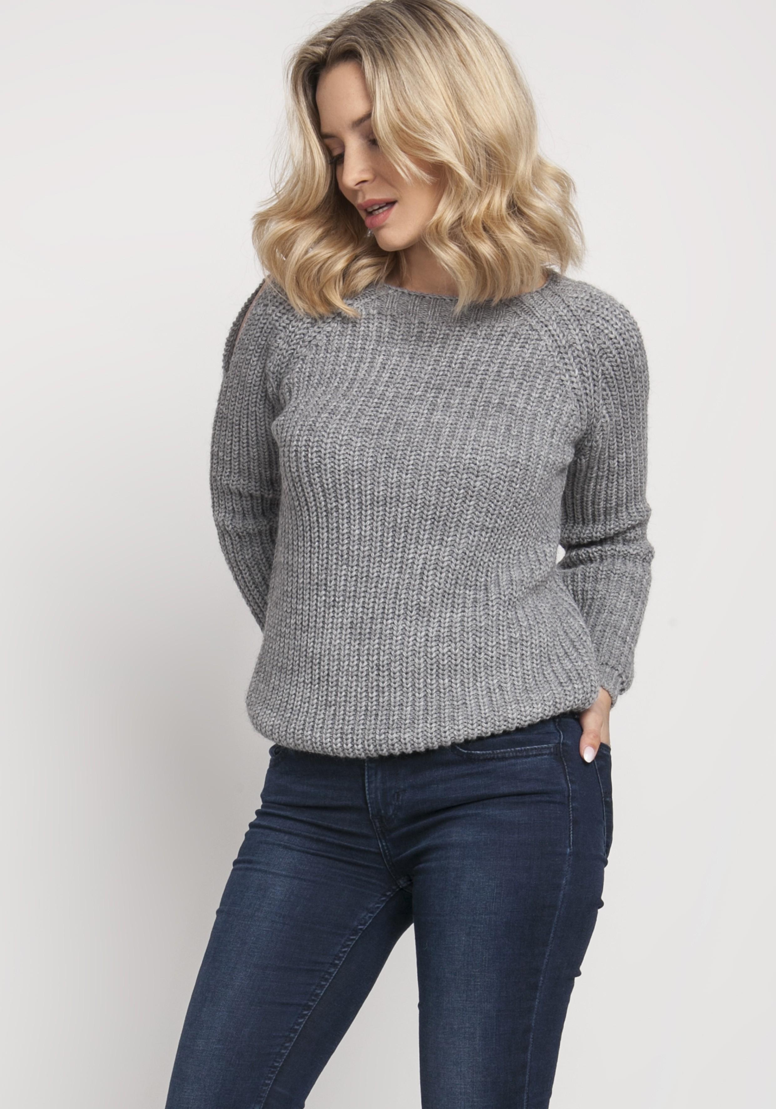 Pletený dámsky sivý sveter s otvormi na pleciach - S
