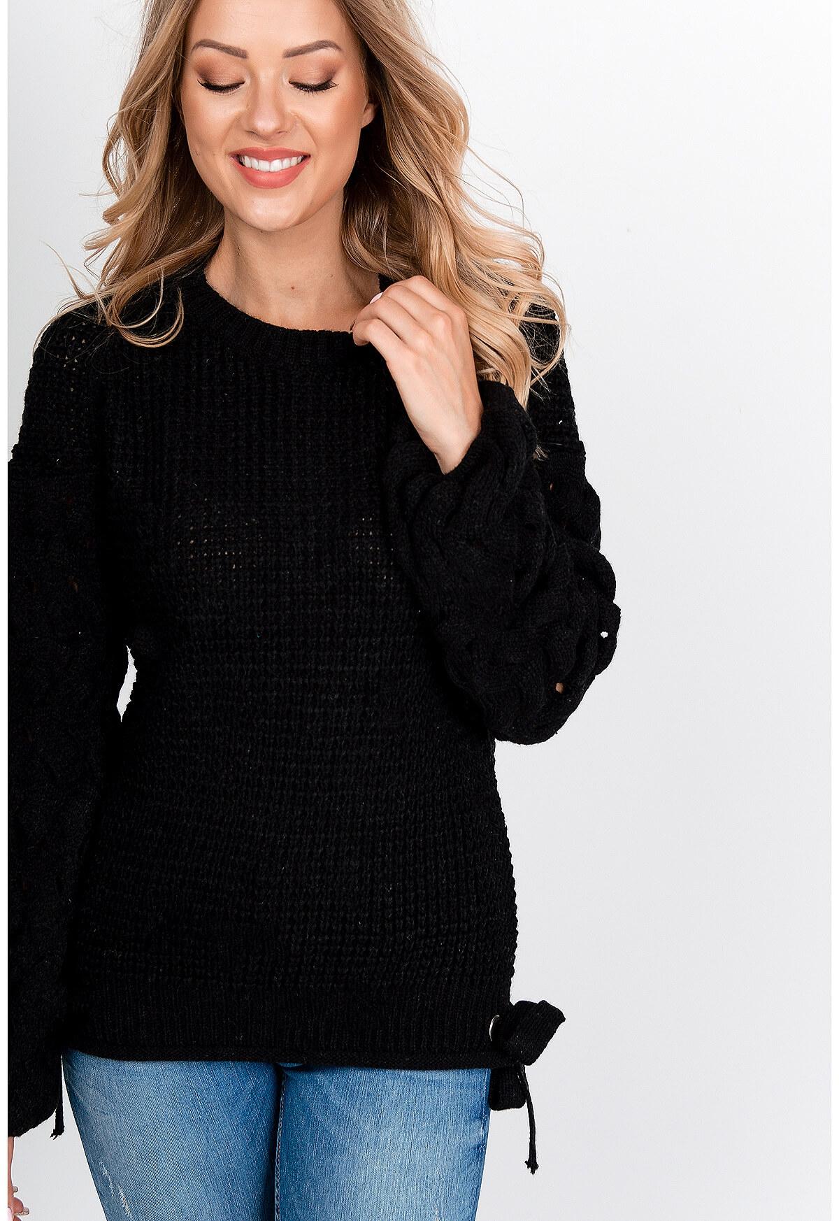 Štýlový čierny sveter s viazaním