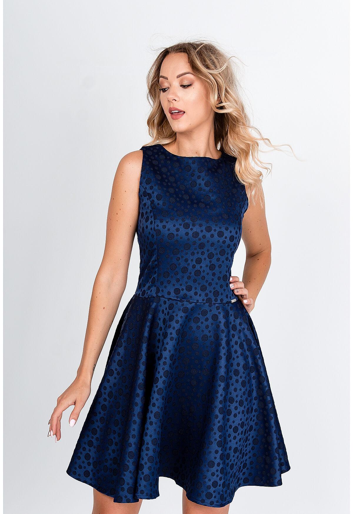 Krátke modré spoločenské šaty s bodkovaným vzorom